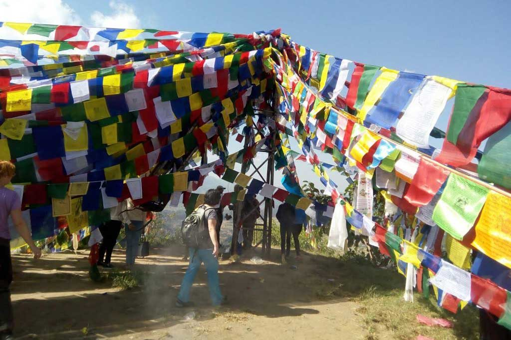 prayer-flags-on-manaslu-trail